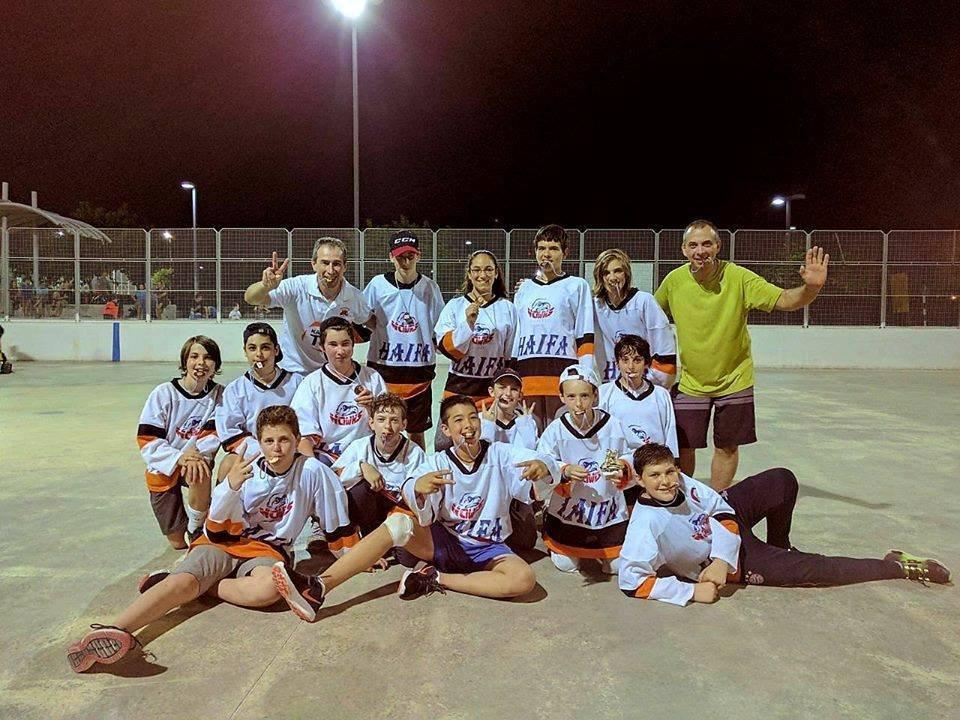 קבוצת נערים של מועדון Hawks Haifa זכתה במקום השלישי בליגת ההוקי אינליין